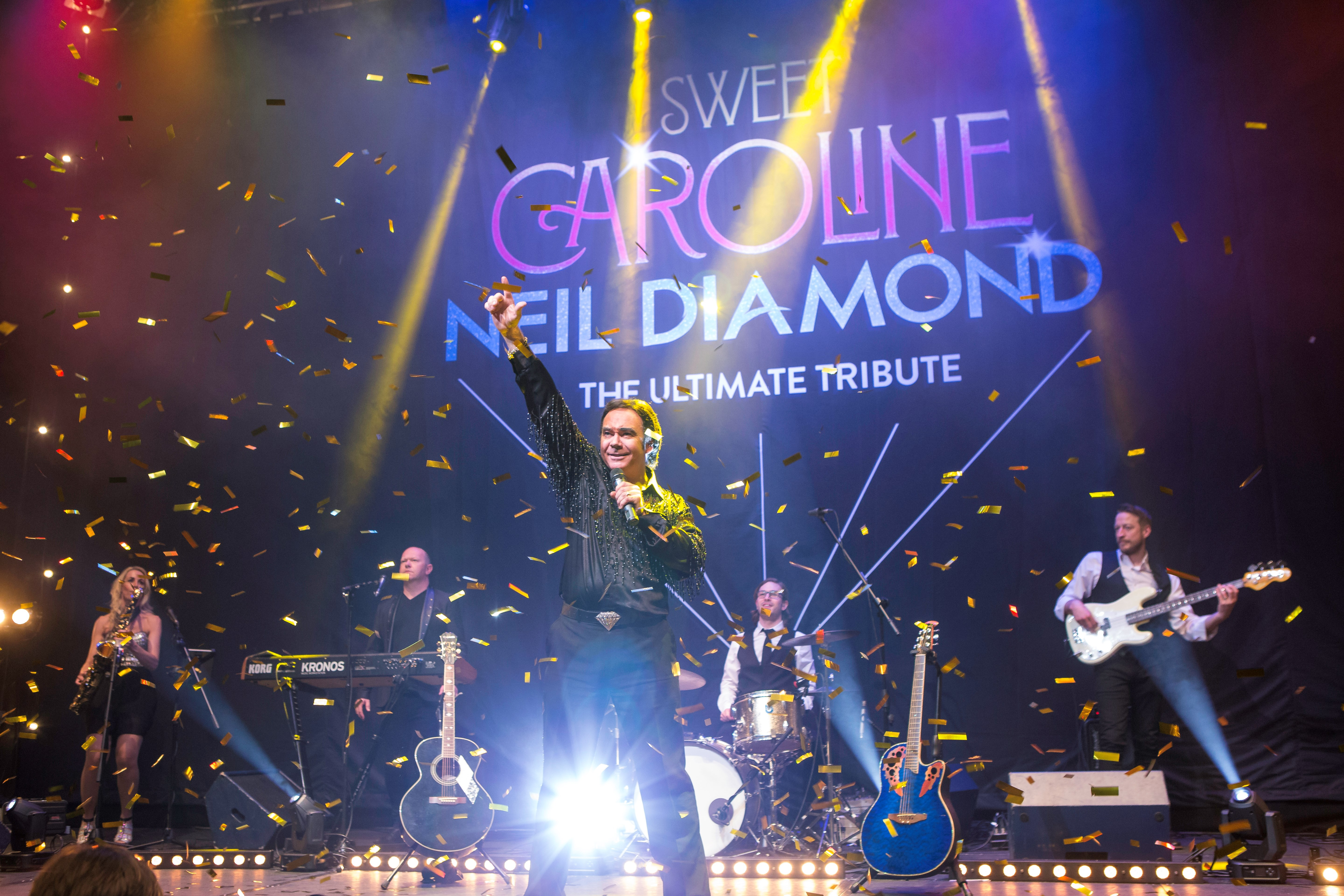 Sweet Caroline - The ultimate Tribute to Neil Diamond - (fotograaf onbekend) - scenefoto liggend.jpg